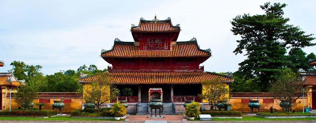 9 Dynastieke Urnen (voorgrond) + Hien Lampaviljoen – Keizerlijke Stad
