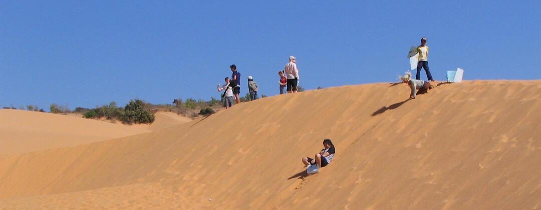 Zandsleeën in de zandduinen van Mui Ne, Phan Thiet, Vietnam